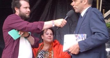 Directeur Maarten Hajer overhandigt het rapport op het Damn Food Waste Festival