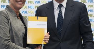 PBL-directeur Maarten Hajer overhandigt het rapport aan Wilma Mansveld, staatssecretaris van het ministerie van Infrastructuur en Milieu (foto: Richard van Elferen)