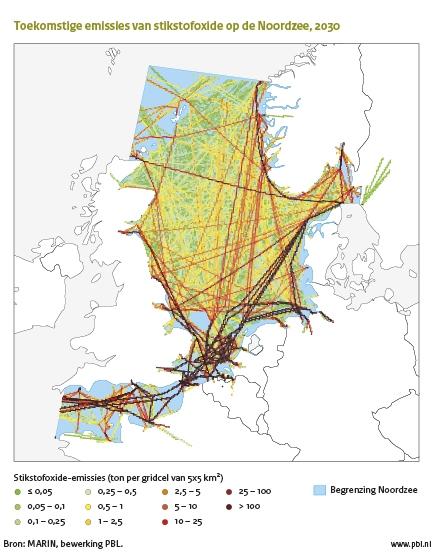 Figuur: kaart met vaarroutes scheepsverkeer in de Noordzee en het Engels kanaal met toekomstige stikstoxide-emissies 2030 weergegeven; Stikstofoxide-emissies van zeeschepen dragen naar verwachting 1 procent tot 5 procent bij aan de antropogene fijn stof (PM2.5) concentraties in de Noordzeelanden in 2030 (MARIN, bewerking PBL)