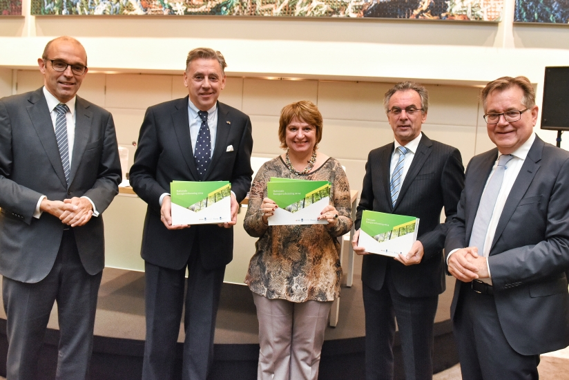 On 6 October 2014, the Energy Outlook was presented by Maarten Hajer (Director PBL, far left) and Paul Korting (CEO of ECN, far right) to (from left to right) Ed Nijpels (Chairman, SER Committee for Assurance of the Energy Agreement), Mariëtte Hamer (President, SER Social and Economic Council of the Netherlands) and Mark Dierikx (Ministry of Economic Affairs. This NEV report is the first in a series and will be updated annually.)