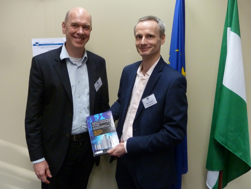 Mark Thissen of the PBL distributes the first copy to Philippe Monfort of the European Commission