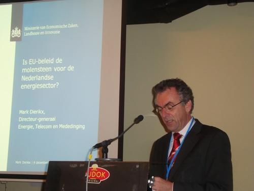 Foto: Mark Dierikx, Ministerie van Economische Zaken, Landbouw en Innovatie (EL&I) presenteert op symposium duurzame energie 2011