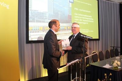 Foto: Directeur PBL Maarten Hajer overhandigt de publicatie aan de heer C. Buijink, secretaris-generaal van het ministerie van EL&I