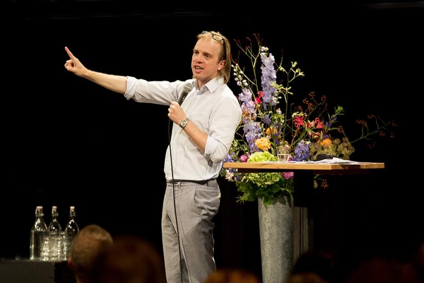 Cabaretier Jan Jaap van der Wal rondt de avond af met een mild kritische en humoristische terugblik.