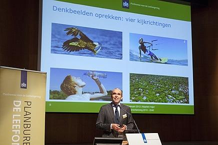Foto: Directeur PBL Maarten Hajer met achter hem een projectie van de vier toekomstbeelden