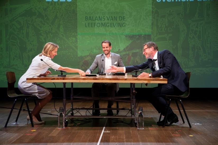 Stientje van Veldhoven neemt eerste exemplaar Balans in ontvangst