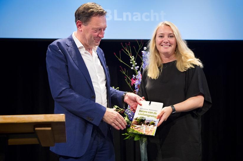 Directeur Hans Mommaas overhandigt de Balans van de Leefomgeving aan minister Melanie Schultz van Haegen