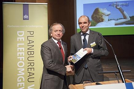 Foto: Directeur PBL Maarten Hajer overhandigt de Natuurverkenning aan staatssecretaris Henk Bleker