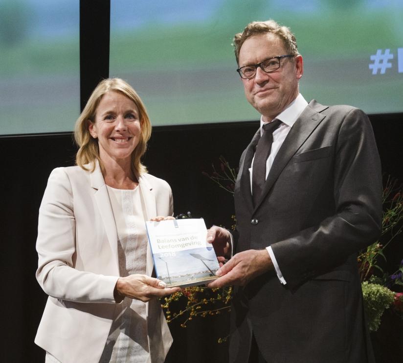 PBL-directeur Hans Momaas overhandigt de Balans 2018 aan Staatssecretaris Stientje van Veldhoven