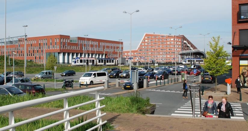 stedelijke functies nabij een halte van de randstadrail in suburbaan gebied