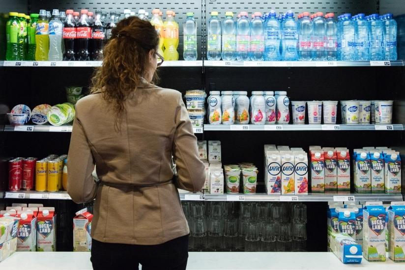 Klant voor een supermarktschap